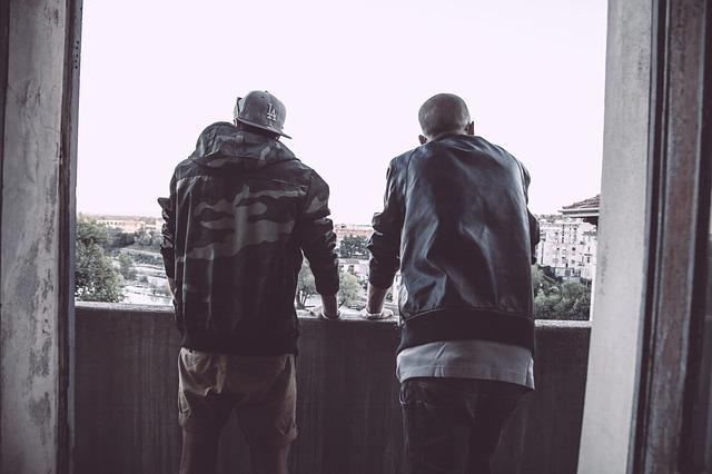 muži, výhled na město