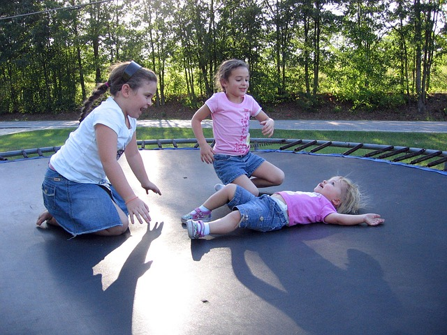 děti na trampolíne