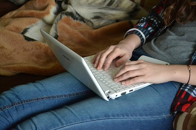 notebook na klíně