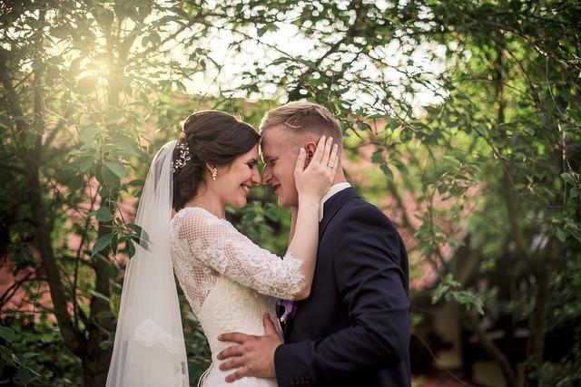 novomanželé u stromu