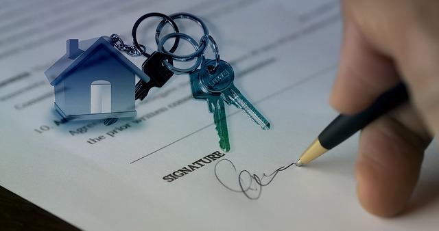 podpis smlouvy o bydlení, klíčenka