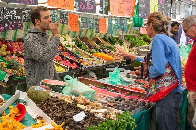 muž u stánku v tržnici